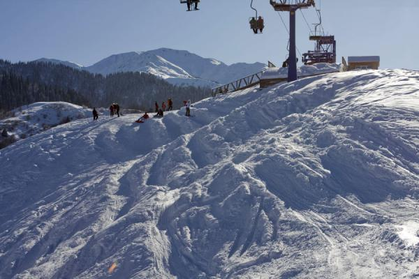 Picture of Tabagan Skiing (Kazakhstan): People getting ready to ski down the slope of Tabagan
