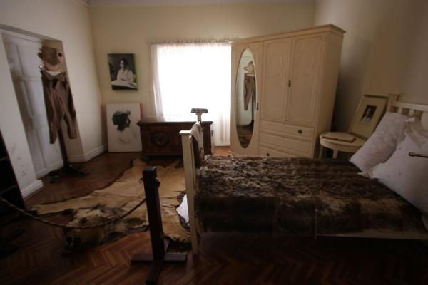 Room in the Karen Blixen house: bedroom of Denys Finch-Hatton | Karen Blixen huis | Kenia