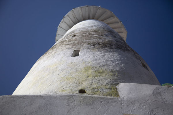 Looking up the minaret of a mosque in the old town of Mombasa | Mombassa oude stad | Kenia