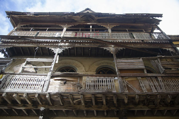 Looking up the balconies of a house in the old town of Mombasa | Mombassa oude stad | Kenia