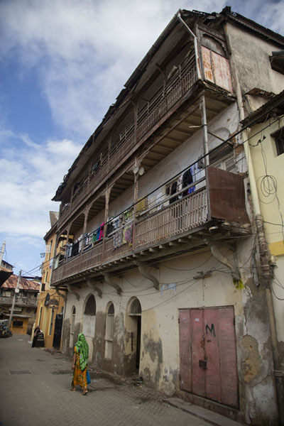 Foto van One of the houses with balconies in the old town of MombasaMombassa oude stad - Kenia