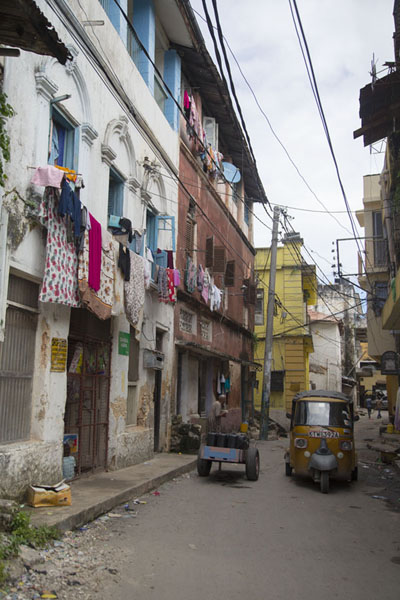 Street in the old town of Mombasa with rickshaw and laundry hanging to dry | Mombasa old town | 肯亚