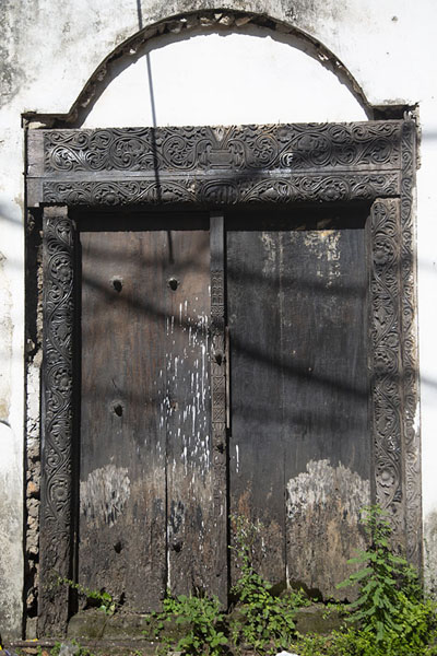 Foto di Old Omani door in the old town of Mombasa - Kenya - Africa
