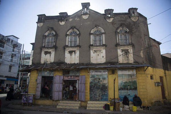Foto van Building with hairdresser in the old town of MombasaMombassa oude stad - Kenia