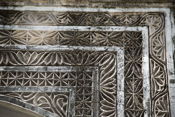 Detail of a stone door frame embellished by carvings | Città vecchia di Mombasa | Kenya