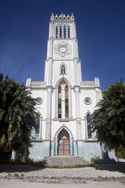 Foto de The tallest church of the islet is more than 100 years old and has shells as decorative elementsAbaiang - Kiribati