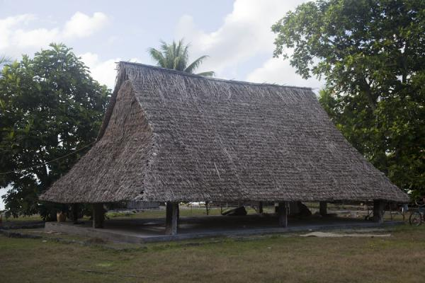 Picture of Abaiang Atoll (Kiribati): One of the great thatched maneabas of Abaiang