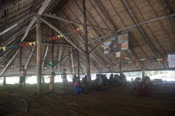 Foto van Interior view of a maneaba in Takarano in the north of Abaiang isletAbaiang - Kiribati