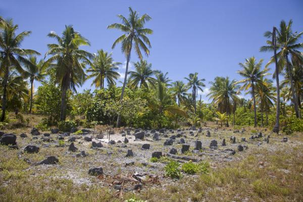 Foto van Cemetery with limestones in the north of Abaiang isletAbaiang - Kiribati