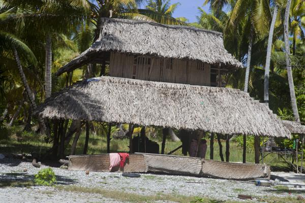 Foto van Thatched hut with two stories on Abaiang islet - Kiribati - Oceanië