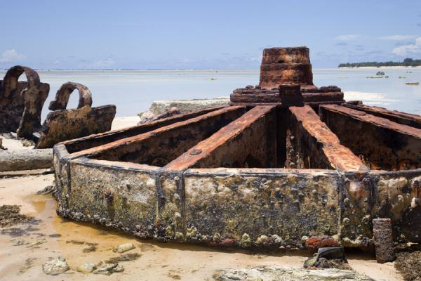 Foto van Rusting remains of a gun installation on the southern beach of BetioBetio - Kiribati
