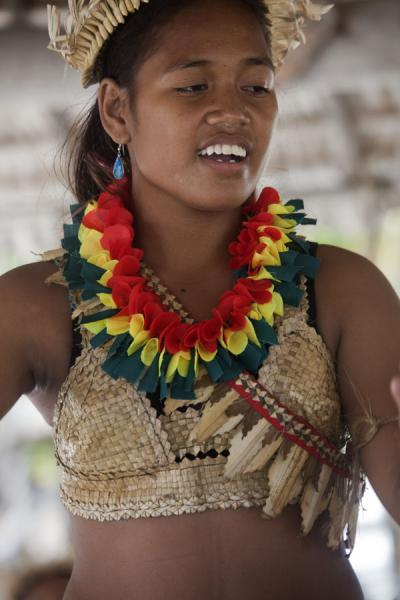 Foto van Girl dancing in the traditional Kiribati costumeI-Kiribati mensen - Kiribati