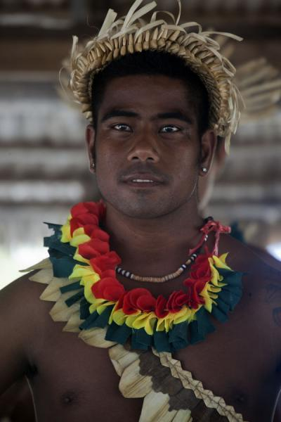 Foto van Kiribati guy with intense stare performing a traditional Kiribati danceI-Kiribati mensen - Kiribati