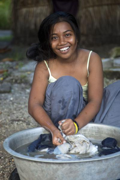 Foto van Even doing the laundry can be fun for this girl on North TarawaI-Kiribati mensen - Kiribati