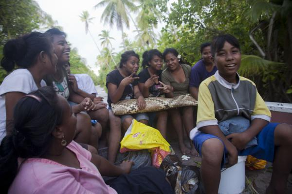 Foto van Having fun in the back of a truck on North TarawaI-Kiribati mensen - Kiribati