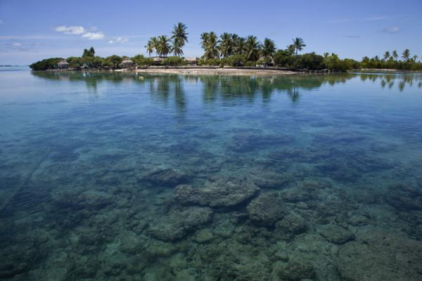Foto van Crystal clear water with one of the many islets with dropping tideNoord Tarawa - Kiribati