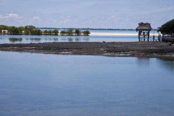 Photo de Looking towards the lagoon with traditional style Kiribati hut, strip of sand, and channel - Kiribati - Océanie
