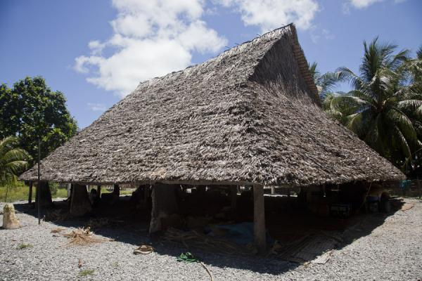 Photo de Traditional maneaba or community hall with thatched roof in Kanaiba in North Tarawa - Kiribati - Océanie