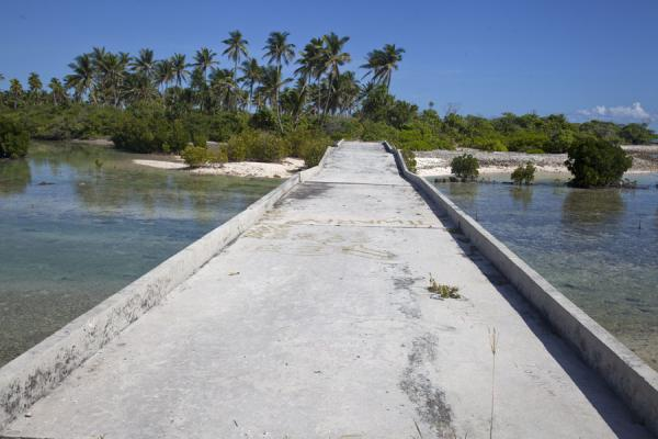 Foto van Broken bridge between Abatao and Tabiteuea isletsNoord Tarawa - Kiribati