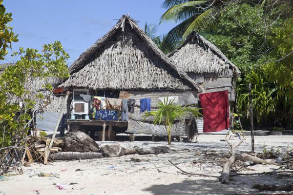 Foto di Typical thatched hut in traditional village in North Tarawa - Kiribati - Oceania