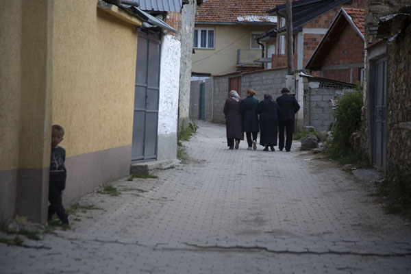 Photo de People walking a street in BrodBrod - Kosovo