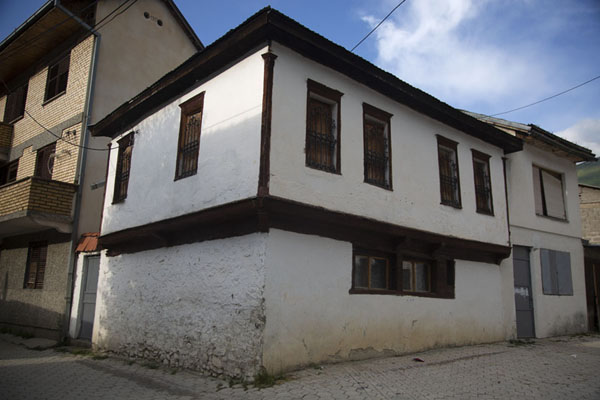 Foto di Corner in Brod with typical houses - Kosovo - Europa