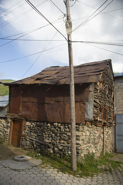 Foto di One of the small buildings in Brod with a combination of stone and wood - Kosovo - Europa
