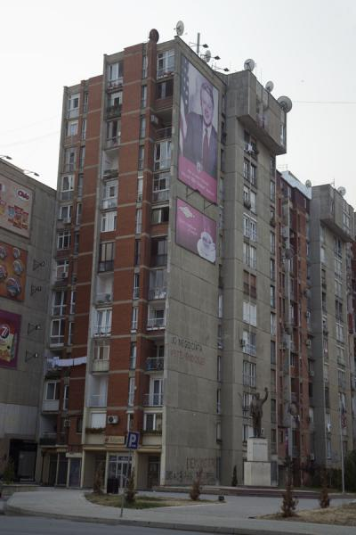 Bill Clinton as a statue and on a large poster on the wall of an apartment block on Bill Clinton Boulevard | Pristina | Kosovo