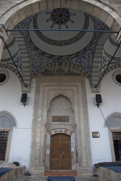 的照片 Jashar Pasha mosque: looking at the entrance of the renovated mosque - Kosovo - 欧洲