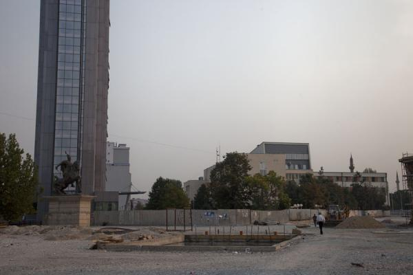 Photo de The statue of Skanderbeg on a horse at the end of Nëna Tereza street with renovating projects aboundPristina - Kosovo