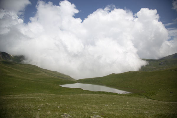 Foto van Cloud climbing over the mountains with small Shutmani lakeRudoka e Madhe - Kosovo