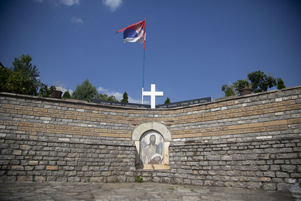 Picture of Serbian monument with flag in the north of Velika HočaVelika Hoča - Kosovo