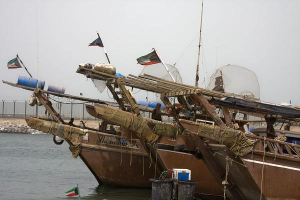 Foto van Fishing-boats with the Kuwaiti flag near the fish suq of the cityKoeweit Vismarkt - Koeweit