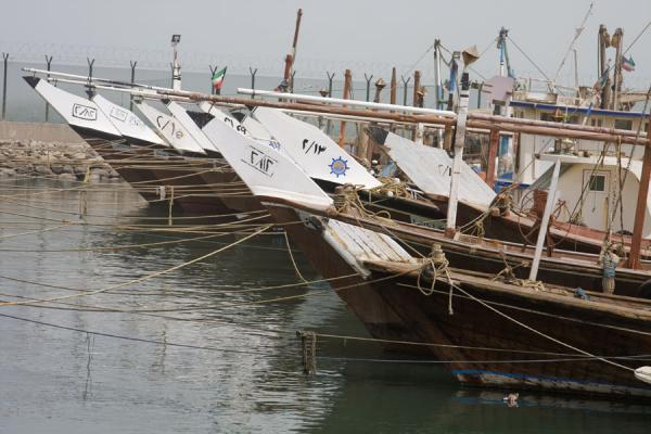 Foto van Fishing-boats docked near the fish market of KuwaitKoeweit Vismarkt - Koeweit