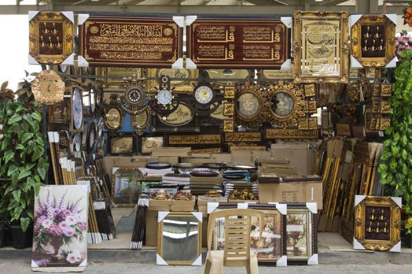 Clocks and other items for sale at the Friday Suq | Kuwait Friday Suq | Koeweit