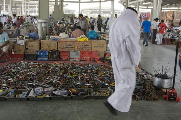 Picture of Kuwaiti man in white dish-dash at the Friday Suq