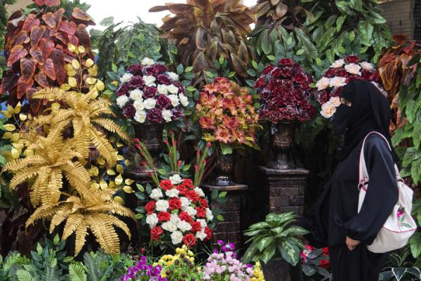 Kuwaiti woman at the flower section of the Friday Suq | Kuwait Friday Suq | Koeweit