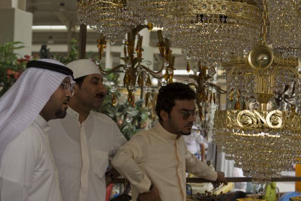 Kuwaiti men at the lamps department of the Friday Suq | Kuwait Friday Suq | Koeweit