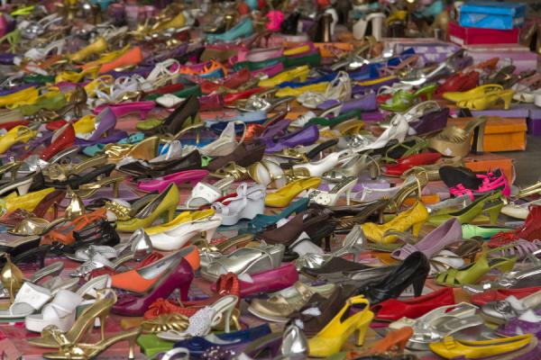 Shoes in all colours at the Friday Suq | Kuwait Friday Suq | Koeweit
