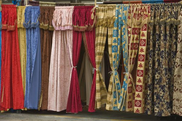 Many options for selecting curtains at the Friday Suq | Kuwait Friday Suq | Koeweit
