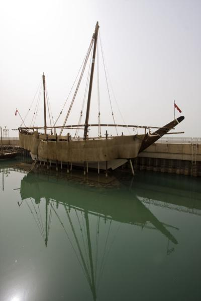 Traditional dhow moored in the small harbour just outside the Scientific Center - 科威特