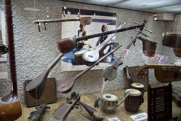 Foto van Musical instruments from Kashgar and Tibet suspended in the airTareq Rajab Museum - Koeweit