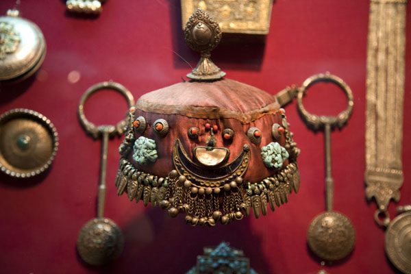 Photo de Koweit (Detail of one of the many showcases with jewellery and a headdress)