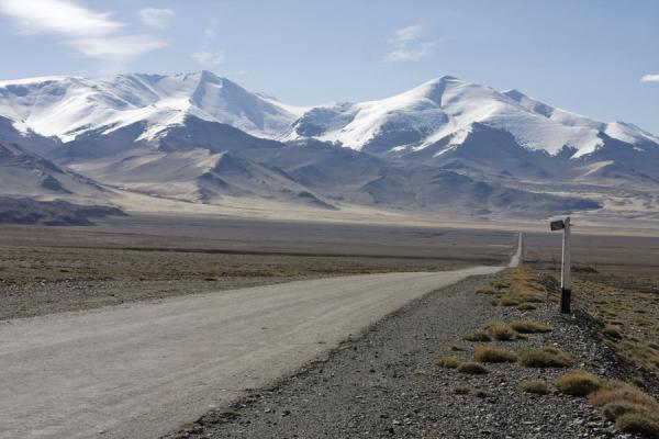 Picture of Kyzyl-Art border crossing (Kyrgyzstan): The long road to the Kyzyl-Art border post: near Karakul lake