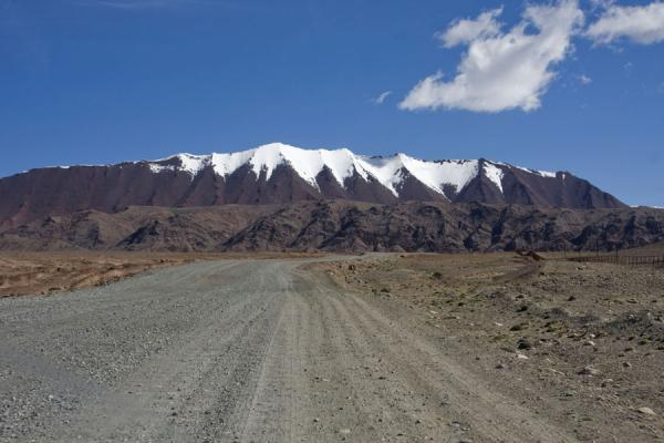 Foto di Gravel road leading to Kyzyl-Art passKyzyl-Art - Kirghizistan