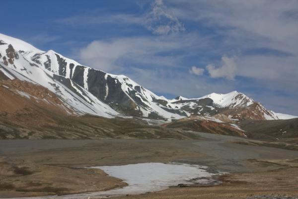 Foto de Snow-capped mountains on the Tajik side of Kyzyl-Art passKyzyl-Art - Kirguistán