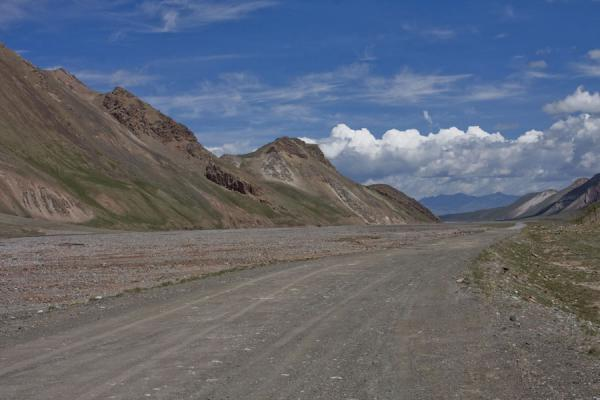 Foto de Road in a wide valley: no mans-land on the Kyrgyz sideKyzyl-Art - Kirguistán