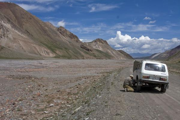 Picture of Kyzyl-Art border crossing (Kyrgyzstan): Car trouble in no mans-land: fixing a Lada Niva on the road