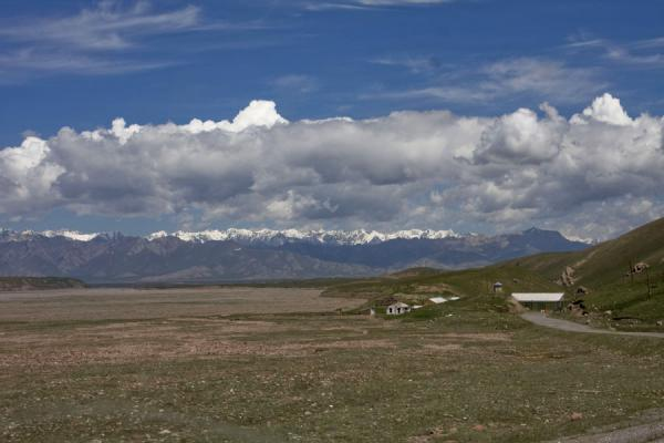 Picture of Kyzyl-Art border crossing (Kyrgyzstan): Kyrgyz border post with the Pamir Alay range in the background