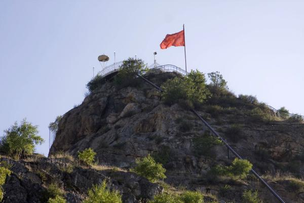 Picture of Solomon Throne (Kyrgyzstan): Platform with Kyrgyz flag on top of Solomon Throne